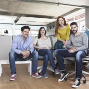 Gruppenbild der vier kreativen Menschen im Bro sitzend